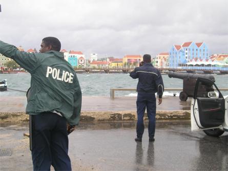 Christian van Dijk - De politie houdt een oogje in het zeil in Punda