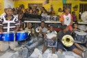 Kinderen van de stichting met nieuwe muziekinstrumenten