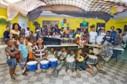 Kinderen van de stichting met muziekinstrumenten