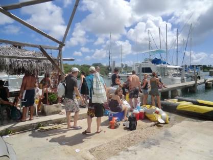 Versgeperst.com watertaxi vol versgerst.com Kustwacht Fuikdag feest Curaçao controle baai  wachten1 417x313