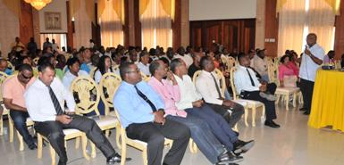 Leden van het politiekorps krijgen tijdens een informatiebijeenkomst te horen wat er binnen de organisatie gaat veranderen
