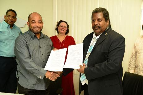 Kenneth Gijsbertha i Minister Whiteman despues di firma akuerdo (1)