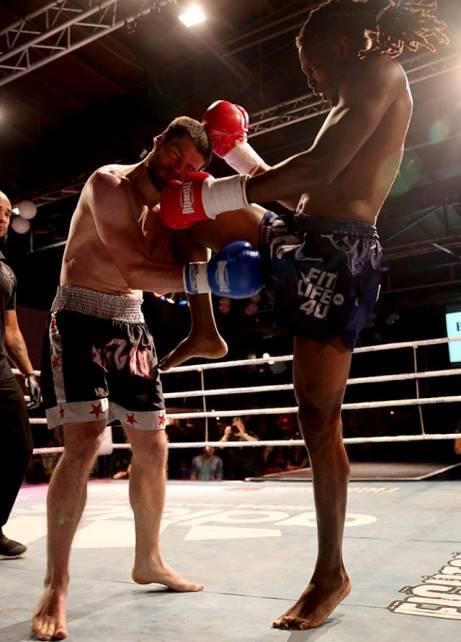 Martis raakt met een knie. Dit is niet de knie die de knock out veroorzaakte.
